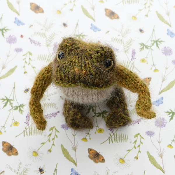 little hand knitted frog - The Knitted Bear Company