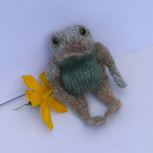 Realistic little frog hand knitted in pure wool and mohair, he measures just 6 inches - The Knitted Bear Company